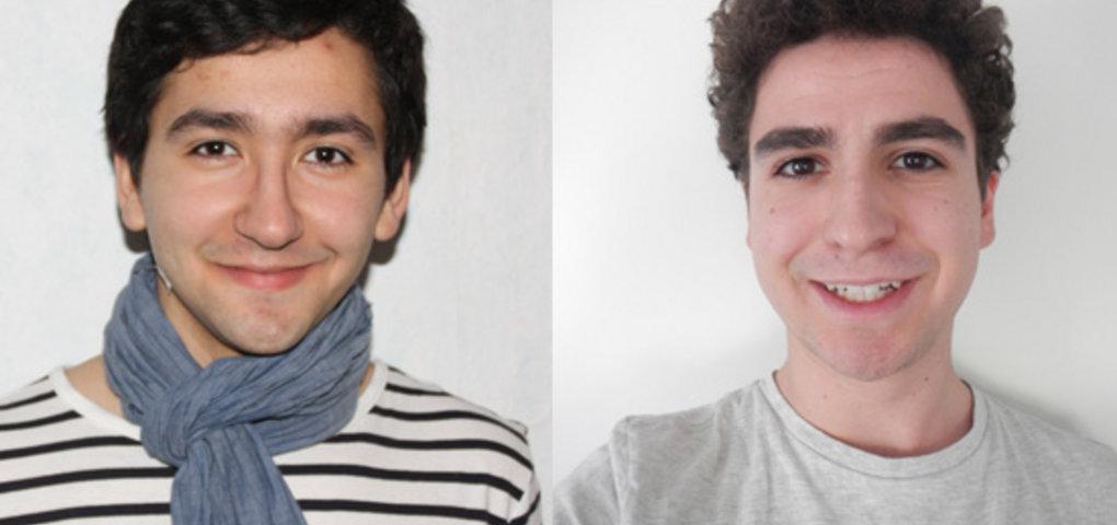 Zwei dunkelhaarige Jungen schauen in die Kamera und lächeln