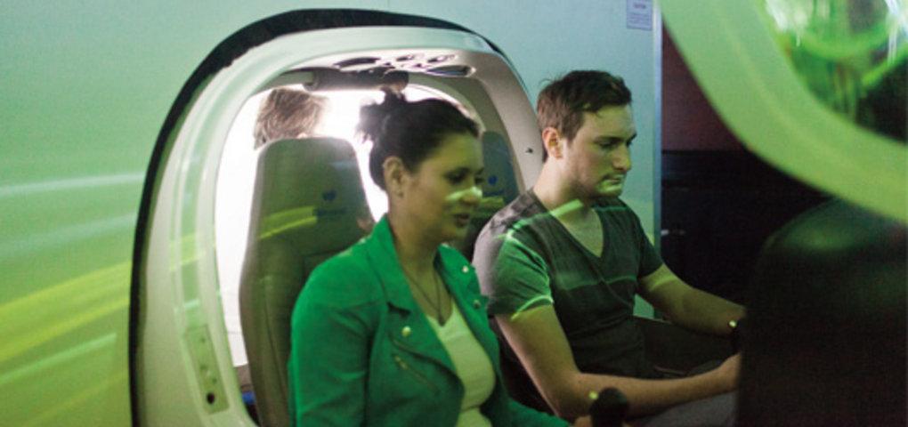 Kathi sitzt mit Flugschüler Stefan im Flugzeug
