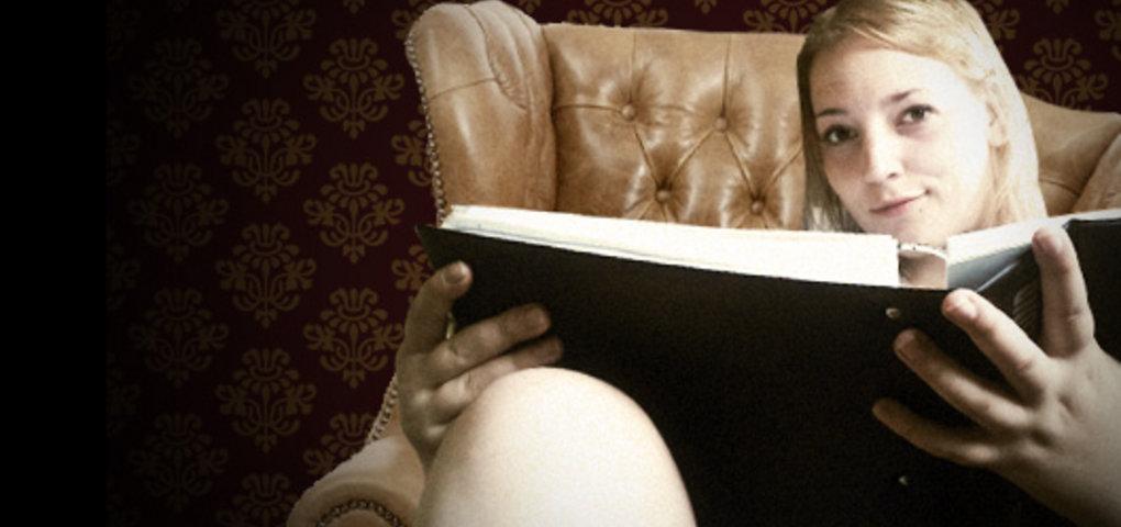 Vicky sitzt in einem Sessel mit Buch