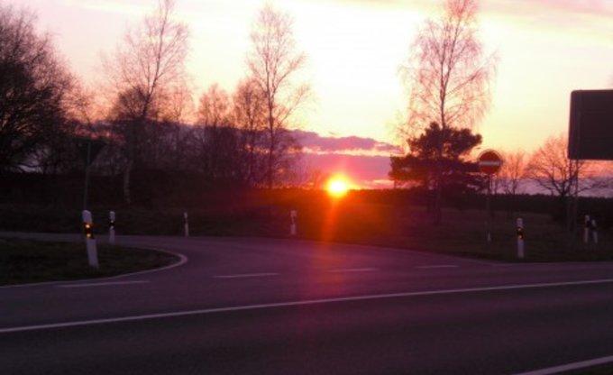 Sonnenuntergang und Strassenbild