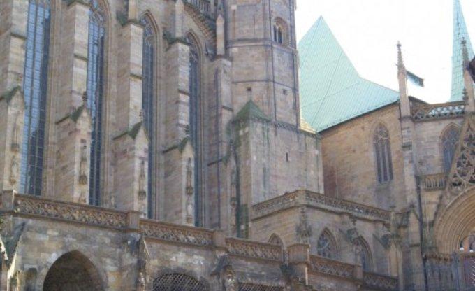 Bürogolf auf den Domstufen in Erfurt