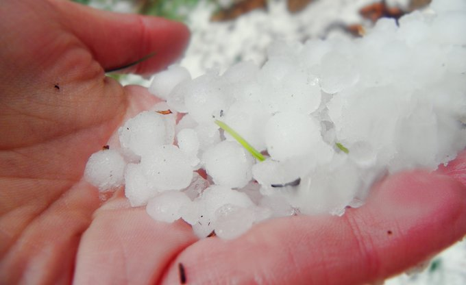 25.Mai 2011 .. es hagelt und innerhalb einer Stunde ist unsere schöne Kleinstadt mit Hagel bedeckt!