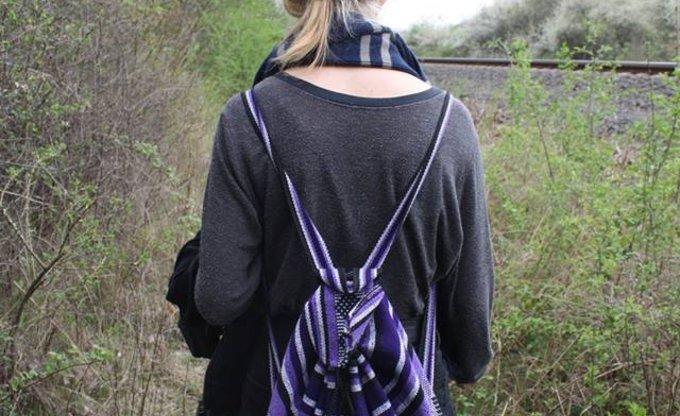 Durch das Gebüsch, an den Bahngleisen entlang