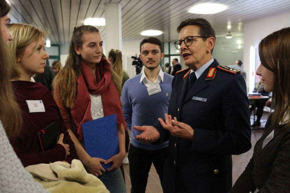 generalstabsarzt_dr._krueger_im_interview.jpg